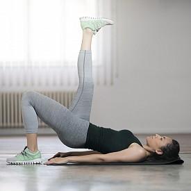 РАЗНОВИДНОСТ: Изпълнявайте същото движение, но само върху един опорен крак, докато другият е изпънат под прав ъгъл спярмо пода. Ходилото е в контрашпиц (успоредно на тавана).