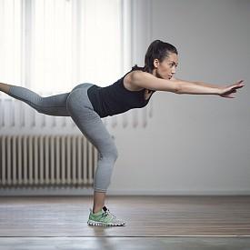 РАЗНОВИДНОСТ: Ако ви е трудно да изпълнявате тягата с тежест, оставете пудовката и използвайте ръцете си, изпънати напред, за да балансирате при клякането на всеки крак.