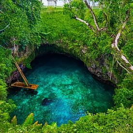 """Посрещнете Нова година първи!  Това може да се случи само в Самоа, където най-напред настъпва Новата година. Препоръчваме ви град Лотофага, където ви да започнете деня с изкачване по дървената стълба, която свързва естествения океански басейн То Суа със сушата. Вечерта се насладете на самоанското гостоприемство с традиционна фла-фла вечеря, която включва бюфет от типа """"колкото можеш да изядеш"""", народна музика и огнени танци. Препоръчва ме ви да отседнете в хотел Aggie Grey's (www.marriott.com)."""