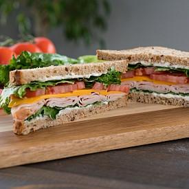 Вечеря - сандвич с пуешко филе и хрян. Разбъркайте 1 лъжичка хрян с 25 г нискомаслено прясно сирене, 1 лъжица прясно мляко (1,5% масленост) и 1 лъжица нарязана на много ситно чушка. Нарежете на ситно 40 г маруля и 50 г краставица. Намажете тънко 2 филийки ръжен хляб (по 50 г) с тази смес и сложете марулята, краставицата и 60 г пилешко или пуешко филе. Добавете отгоре останалата смес.  Около 380 калории