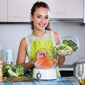 КОНСУМИРАЙТЕ ДОСТАТЪЧНО ПРОТЕИНИ / За да имате здрава коса, кожа, нокти, трябва да консумирате храни, които да доставят градивни елементи за тях. Повечето жени трябва да консумират около 46 грама протеини на ден. Порция сьомга ви доставя 22 грама.