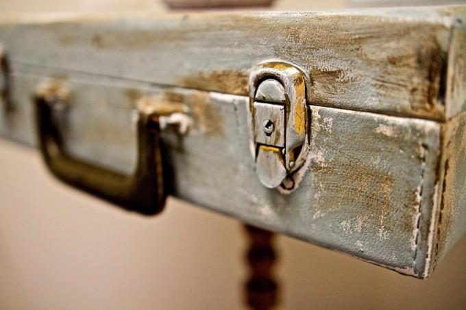Старият куфар, който събира прах на тавана, се...