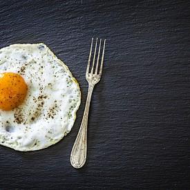 Яйца – не си и мислете да махнете жълтъците – те са страхотен източник на желязо и лецитин, които пък са изключително полезни за мозъка. А за какво ви е мозъкът в спорта ли? Опитайте се да тренирате йога без него.