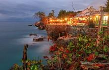 Гмуркайте се от скали в Негрил. Приемете го като пречистващ ритуал в светлосините води на Карибите – така ще отмиете лошите дни на отминаващата година. Преди скока се подгответе, като наблюдавате кървавочервения залез от най-популярното заведение в града – Rick's Cafe. Скалите там са високи около 10 метра, което не е чак такова предизвикателство за плувец със средни умения. По-сложните скокове обаче оставете на местните. След това екстремно преживяване опустошете цяла порция лютиви крилца, докато разменяте сладки приказки с гмуркачите.