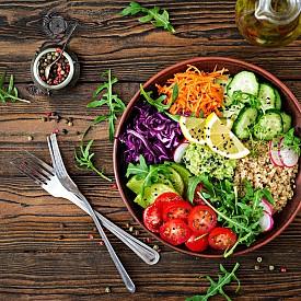 3. Опростете диетата си. Изключете кофеина, алкохола, захарта и пакетираните и преработени храни и ги заменете с натурални продукти и билкови чайове. Подхранвайте тялото си с най-висококачествени храни и съставки. Така ще му помогнете да се възстанови и обнови. Преминете към диета, включваща храни с растителен произход, тъй като те се преработват, абсорбират и изхвърлят по-лесно в сравнение с животинските протеини. Чували ли сте за т.нар. купа на Буда (Buddha Bowl)? Вегетариански храни, но в много богата комбинация – към зеленчуците добавете киноа, авокадо, хумус, кълнове и др.