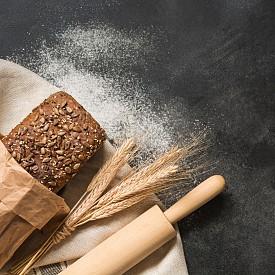 Следобедна закуска – черен хляб с прясно сирене. Намажете една филия с 1 лъжица прясно сирене (0,2% масленост). Около 100 калории