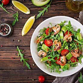 Вечеря – салата от финокио (резене) със скариди  Сварете 40 г пълнозърнест ориз в подсолена вода, отцедете го и го оставете да изстине. Почистете и нарежете на ивици 1 малка глава финокио и ½ жълта или зелена чушка. Нарежете на ситно и 1 малка главичка лук. Смесете зеленчуците с ориза, направете дресинг от сока на един портокал, 1 ч. л. зехтин, сол и черен пипер и залейте салатата. Задушете леко в тиган 100 г сварени скариди (може и замразени), поръсете ги със сока на 1 лимета (зелен лимон), със малко сол и черен пипер и ги сервирайте върху салатата. Около 300 калории