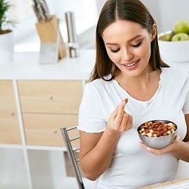 ЯДКИ. Лешниците, орехите и бадемите са богати източници на аминокиселината L-аргинин, която се превръща в азотен оксид и отпуска кръвоносните ни съдове, като по този начин увеличава притока на кръв към половите органи.