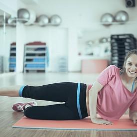 3) МИДА: Легнете на една страна и се подпрете на лакът. Свийте коленете, ходилата са събрани назад. Повдигнете горното коляно, докато долното остава на пода. Внимание: не местете ходилата и не извъртайте кръста! За да контролирате процеса, поставете свободната ръка върху него. Задръжте за 2-3 секунди с разтворени колене и ги съберете отново към пода. Повторете 10 пъти на всяка страна. РАЗНОВИДНОСТИ: Можете да изпълнявате това упражнение и с опънати крака или само с единия крак, свит в коляното.