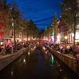 АМСТЕРДАМ, ХОЛАНДИЯ Някои от най-креативните костюми можете да видите именно в Амстердам. От клубовете и ресторантите до лодките и музеите, има тематични събития из целия град през това време на годината плюс призрачни обиколки и целодневен маратон на страшни филми.