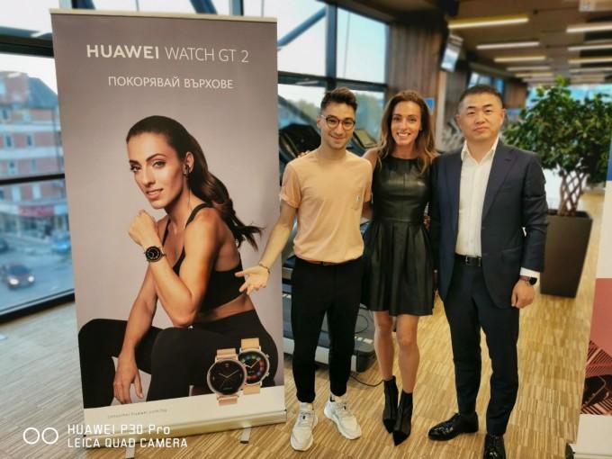 Ивет Лалова с влогъра Крис Захариев и Джефри Лонгруи Циу, регионален мениджър на Huawei Consumer Business Group за България и Северна Македония