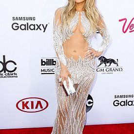 На червения килим по време на церемонията за връчването на музикалните награди Billboard Music Awards в Лас Вегас през 2015.