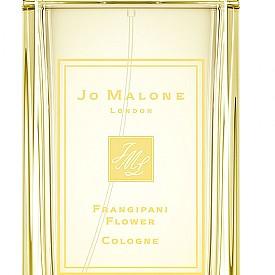 """Пренесете се директно в Бали с аромата Frangipani Flower от лимитираната линия Blossoms на JO MALONE. Цветето франджипани, което вирее почти навсякъде на екзотичния остров, е звездата в този аромат, като """"компания"""" му правят нотки жасмин, лимон, иланг-иланг и сандалово дърво."""
