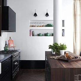 Джони Букленд / Кухнята в този лофт в Манхатън дизайнерите са създали кухненски остров , който разделя пространството от останалата част на дома.