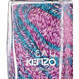 L'Eau KENZO избухва с цветове от лотос, пулсиращи в свежи акорди на мандарина и круша и обгърнати от жасмин и бял мускус. Харесваме сюрреалистичния мотив на флакона, напомнящ ни за популярните модни принтове на Kenzo. EDT 50 мл, 114 лв.