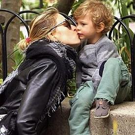 Каролина Куркова със сина си Арчи
