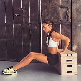 Сертифициран треньор от Австралия, Кейла е следвана от около 3.2 милиона в Instagram, а снимките на жени, които са променили телата си, следвайки нейните тренировки, са наистина изумителни.