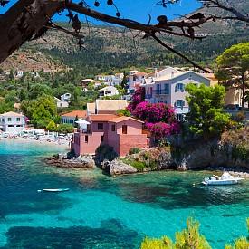 КЕФАЛОНИЯ, ГЪРЦИЯ  Златни плажове, пясъчни заливчета на фона на високи планини, стръмни скали, зелени живописни склонове с елхови и борови дървета, маслини и лозя, цветни къщи и малки градчета – уникални забележителности и красиви православни храмове завладяват сърцата и спомените на туристите в Кефалония.