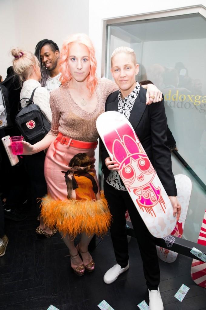 Кейти Иъри със скейтбордистката Луси Адамс.