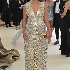Актрисата Киърси Клемънс бе облечена с обсипана с мъниста рокля, наподобяваща мрежа от злато и перли. Тази плътно прилепнала по тялото, избродирана ромбовидна мрежа бе с дълбоко деколте и обемна, права пола, поддържана от най-мекия кринолин, а украсената мрежа бе подплатена с прозрачна органза в телесен цвят.
