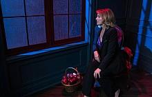"""Ким Катрал като модерната баба на Червената шапчица в сериала """"Разкажи ми история"""""""