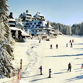 Копаоник (Сребърна планина) е един от най-големите ски курорти в Сърбия. 290 км. от София ви делят от тази райска приказка, която ще ви предложи над 70 км. писти с 21 лифтени съоражения. Дължината на най-дългата писта е 3,5 км, а любителите на нощното каране също ще са доволни, тъй като има специална писта, която е осветена и работи в малките часове на денонощието. Почивката в Колаоник може да ви излезне много икономична, тъй като курортът разполага с голяма легова база, подходяща за джоба на всеки. За тези от вас, които не си падат по зимните спортове, можете да се разходите из планината и да разгледате включения в списъка на ЮНЕСКО за културно наследство манастир в Студеница с основател Св. Стефан Първовенчани – древният манастир Жича.