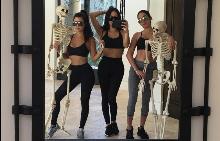 Ким и Кортни Кардашиян показаха детските си костюми за Хелоуин