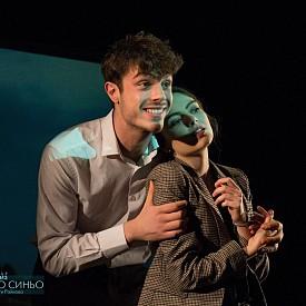 """В театъра на НАТФИЗ класът на проф. Стефан Данаилов представя за първи път на българска сцена постановката на Филип Ридли """"Зверското синьо"""". В нея се сблъскват три десетилетия – 60-те, 70-те и 80-те години на миналия век. Така авторът разкрива звяра, който се крие в човека и контролира живота му."""