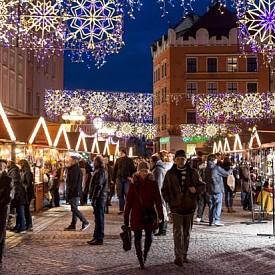 Краков, Полша  Този Коледен базар е разположен в стария град Краков. И ако романтичните декори не успеят да стоплят сърцето ви, то полската водка непременно ще го стори. Главна атракция е конкурсът за най-хубава Коледна ясла, който се провежда всяка година. През 1937 година се е състоял за първи път.