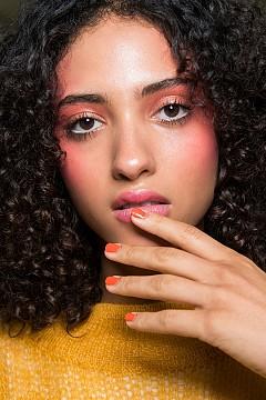 Ярки цветове при ноктите