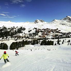 Ла План е семеен зимен и летен курорт, разположен във Френските Алпи, на височина 1250-3250 метра. През последните 50 години курорта става световно известен със своите 225км. писти, подходящи за всички нива скиори. Атмосферата и архитектурата са чудесни и потапят гостите на градчето в половин вековната му история в зимните спортове. В Европа има 7 писти за боб-слей, като най-добрия от тях е в Ла План.