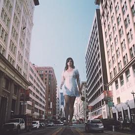 Лана Дел Рей се превръща в блондинка в новото си видео