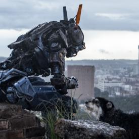 """Роботът от """"Чапи"""" ни показва какво означава да бъдеш човек"""