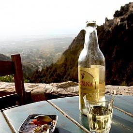 На връх Дикеос в таверна Oria на чаша Рецина