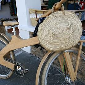 Шикозните велосипеди с кошница от слама са много удобни, ако сте тръгнали на разходка с шопинг из града.
