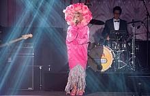 Лили Ален на сцената на Бала на розата