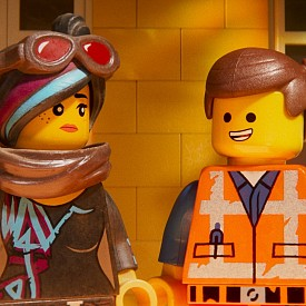 """В """"Lego филмът 2"""" Емет и неговата банда се изправят пред ново, този път междугалактическо предизвикателство. Пет години всички беше наред, но ето че гражданите се изправят пред нова заплаха – от космоса нахлуват нашествениците на LEGO DUPLO. Те чупят всичко наред и то по-бързо, отколкото могат да го възстановят. В кината."""