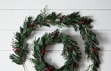 КОЛЕДЕН ВЕНЕЦ Първите, които започнали да украсяват домовете си с него, са немските лутерани от XVI век. През 1839 г. свещеникът Йоан Хинрих Вишерн използвал венец, направен от колело на каруца, за да покаже на децата смисъла и значението на Коледа, както и за да им помогне да броят дните до празника. Така той създава модерната версия на коледния венец, който в последствие се разпространява из цялата християнска общност.