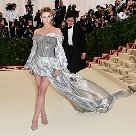 Актрисата Лили Райнхарт бе облечена със сребриста рокля, вдъхновена от рицарска броня. Драперията от органза от сребристо ламе, наподобяваща облак, се крепи на талията благодарение на бляскав корсет, създаващ драматичен контраст между контрол и флуидност. Корсетът е украсен с масивни метални вериги от състарено сребро, а органзата от сребристо ламе е драпирана като мини пола, прерастваща в дълъг шлейф.