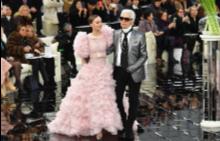 Карл Лагерфелд и Лили-Роуз Деп на финала на Chanel Haute Couture пролет-лято 2017 г.
