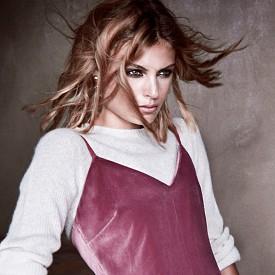 Пуловер MOMONI, рокля MAX MARA, обеци SHARRA PAGANO