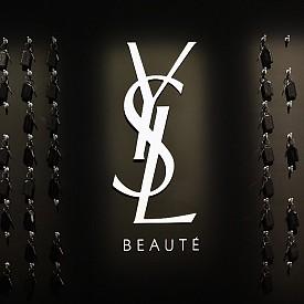 На рецепцията на YSL Beauty Hotel има ключове, но не от стаите, защото до тях достъпът е свободен.