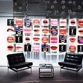 """Всъщност """"хотелът"""" е артистично пространство за ценителите на хубава козметика, направено по модел на хотелите – с рецепция, лоби бар, стаи, дори нощен клуб и гаражи. Гостите не могат да си резервират нощувка, а по-скоро пътешествие в света на новите колекции и иконичните продукти на YSL Beauty като Black Opium."""