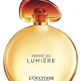 """Завладяващият """"златен час"""" на залеза в Прованса. """"Това е моментът, когато светлината е най-красива и когато уханията са най-интензивни"""", казва Калис Бекер, майстор-парфюмерист и създател на първия гурме парфюм на L'OCCITANE – Terre de Lumiere. Един нетипичен аромат, много слънчев, мек, женствен и силно пристрастяващ, с връх от бергамот, семена амбрете и розов пипер, сърце от лавандулов мед и база от цветове на акация, горчив бадем, зърна от тонка и бял мускус. 50 мл, 127 лв."""