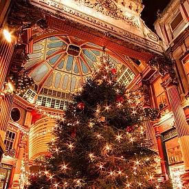 """Лондон, Англия  Германската Коледа е експортна стока.""""Уинтър Уондърленд""""в лондонския Хайд парк е най-доброто доказателство за това. Коледният базар там е по германски образец-с """"баварска пързалка"""" и """"германски наденички""""."""