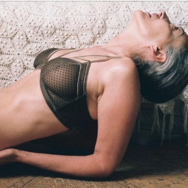 Тя е на 57 и се снима в реклама за бельо
