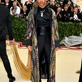 Моделът и инфлуенсър Лука Сабат бе облечен с екстравагантна роба, покрита изцяло с ръчна бродерия с пайети. Шарката от пера бе създадена от пайети в цвят на състарено сребро, тъмночервено, бордо, златисто и кралско синьо, а маншетите, шал яката и подплатата бяха от черна коприна. Лука бе облечен и със смокинг панталон, изработен от устойчиви материи като органична коприна, tencel и вълна.