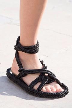 Обувките на Isabel Marant са новия плетен хит – вариант сандали на ниска подметка и обувки на ток.
