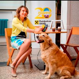 """Голдън ретривърът Голди помогна на директора на дирекция """"Индивидуално банкиране"""" в Райфайзенбанк Мариела Атанасова да плати сметката си за кафе."""