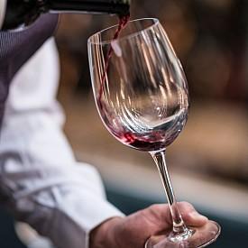 МАВРУД + ОВЧИ КАШКАВАЛ Типично българска, но любима комбинация – едно от най-хубавите наши вина, което се отличава с наситен цвят и лек аромат на къпини, с мазния и наситен вкус на традиционния овчи кашкавал.